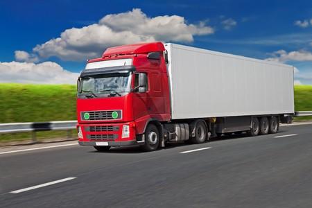 Camion rouge sur la route, Flou de mouvement.  Banque d'images