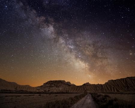 Melkweg over de woestijn van Bardenas, Spanje