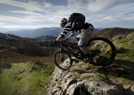andando en bicicleta: Rider en acci�n en la Sesi�n Freestyle Bike Mountain