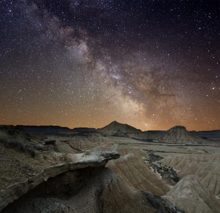 constelaciones: Vía Láctea sobre el desierto de las Bardenas, España