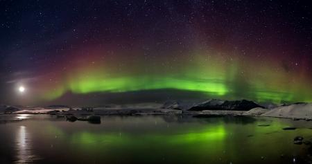 오로라: 물 위의 오로라 폴라리스의 플래시 스톡 사진