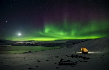 magnetic north: Flash of Aurora polaris above water