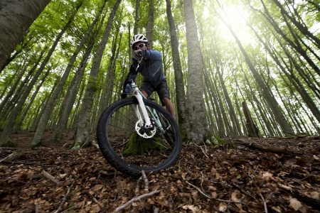 cyclist: Ruiter in actie op Freestyle Mountain Bike Session