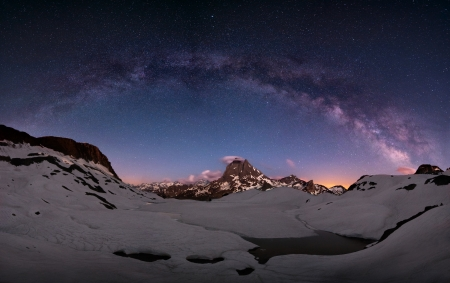 Arc of the milky way over mount Midi, Pirenees, France 版權商用圖片