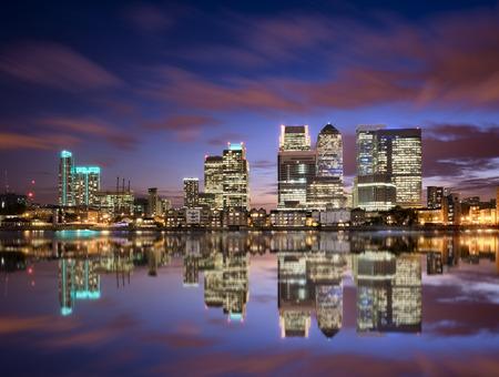 カナリー ・ ワーフ、ロンドンのスカイラインのカラフルな夕日