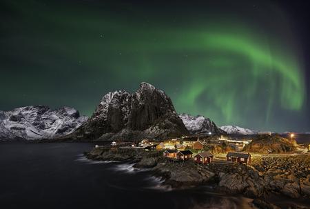 Krásné Polární záře nad Hamnoy, v Lofoty, Norsko