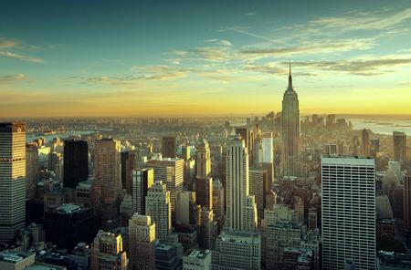 skyline nyc: Colorida puesta de sol sobre el horizonte de la ciudad de Nueva York Foto de archivo