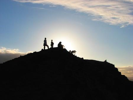 Mt ヤウウェー山、バヌアツ、南太平洋の見ている噴火を人々 します。