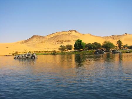 アスワン, エジプト ナイル川の砂丘の反射