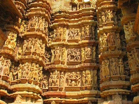 石彫刻カジュラホ、マディヤ ・ プラデーシュ州、インドのヒンドゥー教寺院でエロティックな彫刻 写真素材