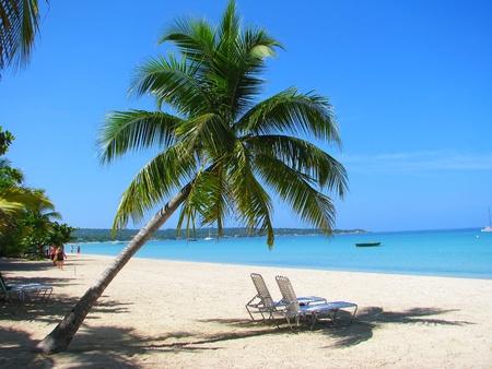 熱帯白い砂のビーチ、ネグリル、ジャマイカのビーチチェア