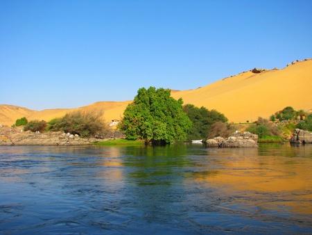 アスワン, エジプト、ナイル川の砂丘の反射