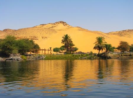 the boat on the river: Reflejo de una duna de arena sobre el r�o Nilo, Asu�n, Egipto Foto de archivo