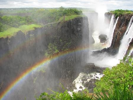 zimbabwe: Arco iris sobre las Cataratas Victoria en el río Zambezi, en la frontera de Zambia y Zimbabwe