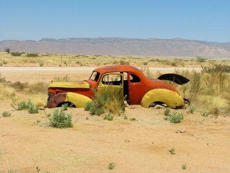 carro antiguo: Accidente de coche viejo en desierto de Namibia, Solitaire, Namibia