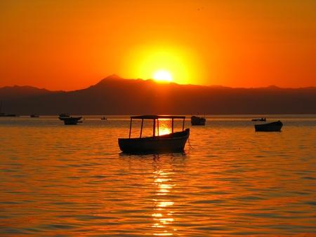 マラウイ マラウイ湖のボートに沈む夕日