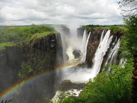 zimbabwe: Arco iris sobre las Cataratas Victoria en el r�o Zambezi, en la frontera de Zambia y Zimbabwe