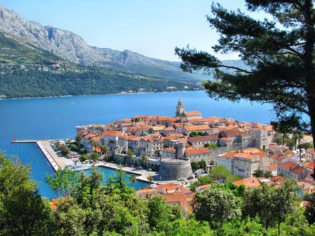 コルチュラ島、クロアチア、ダルマチア地方の古い中世の町のパノラマ