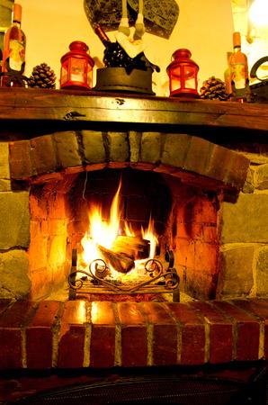 camino natale: Casa Fuoco che brucia nel camino. Fire Stagionale e festa Archivio Fotografico