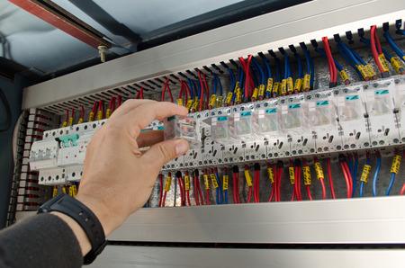 ingeniero electrico: Ingeniero hace que el mantenimiento de la automatización de la red de energía