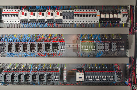 circuitos electricos: Cuadro eléctrico en una fábrica de línea de montaje. Controles y conmutadores
