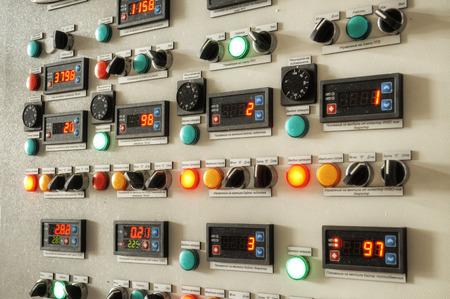 tablero de control: Panel de control de Industria, panel de control de la fábrica de la industria con interruptores e indicadores digitales Foto de archivo