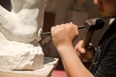 Man with hammer working on stone statue Banque d'images