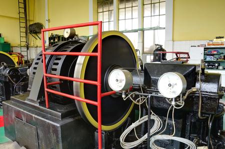 turbina: Sala de máquinas de la central eléctrica de edad