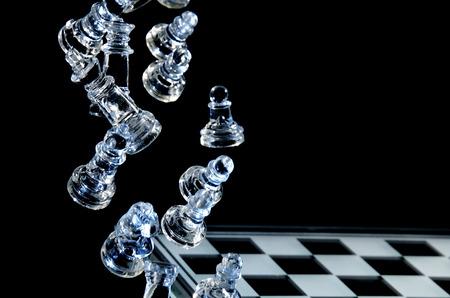 Vallende Glass Chess Pieces op een Glass Chess Board