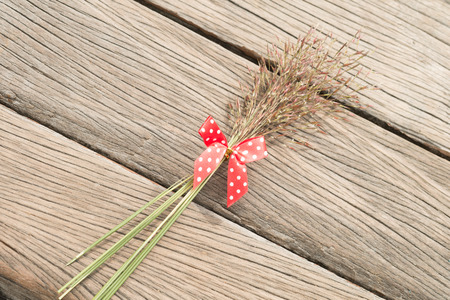 lunares rojos: Flower grass with red polka dots bow