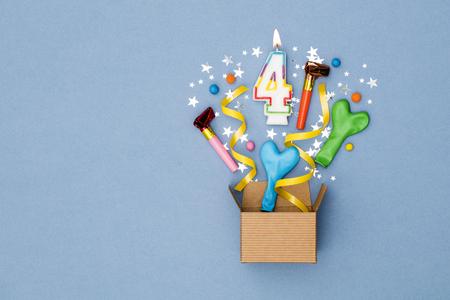 번호 4 축 하 현재 배경입니다. 파티 장식으로 폭발하는 선물 상자 스톡 콘텐츠 - 89986156