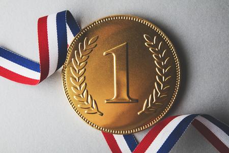 金は最初の勝者メダルを配置します。成功達成コンセプト 写真素材 - 90954486