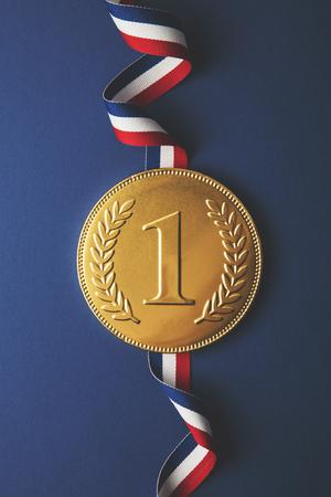 Gouden eerste plaats winnaars medaille. Succes prestatie concept Stockfoto - 90954547