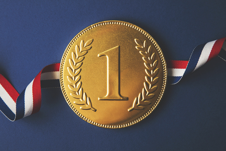金は最初の勝者メダルを配置します。成功達成コンセプト 写真素材 - 90954552