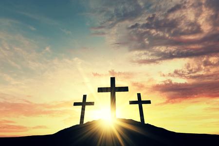 Religijne krzyż sylwetka na tle nieba wschodu słońca bight. Renderowanie 3D