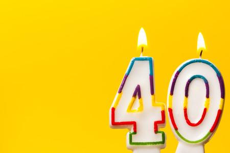 밝은 노란색 배경으로 40 생일 축하 촛불