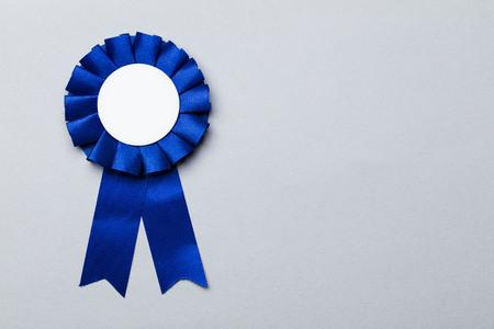 Rozeta z nagrodą za pierwsze miejsce z pustym białym środkiem. Koncepcja osiągnięcia sukcesu