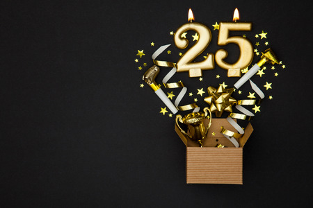 Number 25 gold celebration candle and gift box background Banque d'images