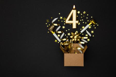 번호 4 골드 축 하 촛불과 선물 상자 배경 스톡 콘텐츠 - 91935481