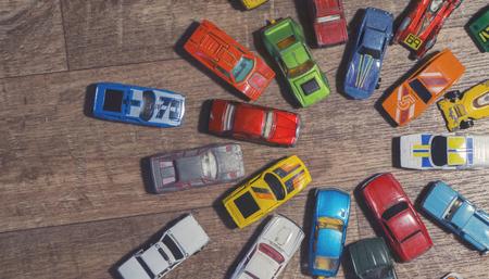 vintage speelgoedauto's op een houten achtergrond