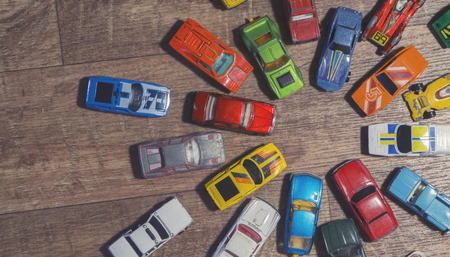 vintage toy cars on a wooden background Stok Fotoğraf - 91935496