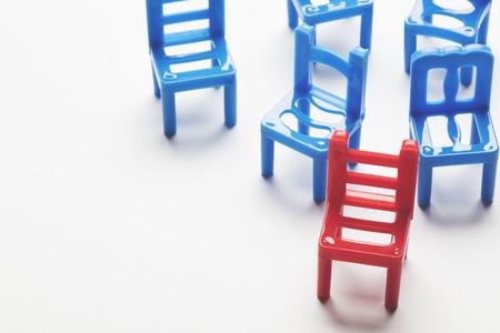 Verzameling stoelen met één vreemde. Stockfoto - 91935529