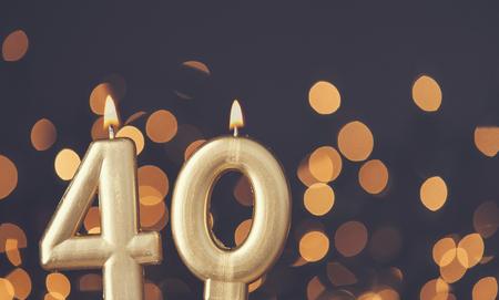 흐린 빛 배경에 골드 번호 40 축하 촛불