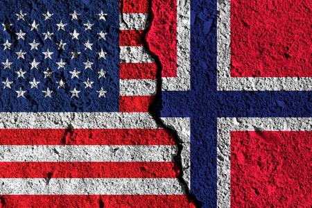 アメリカとノルウェーの旗の間の亀裂。政治的関係の概念 写真素材