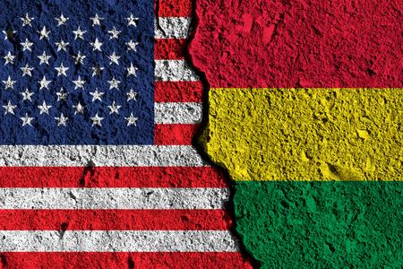 Grieta entre las banderas de América y Bolivia. concepto de relación política Foto de archivo