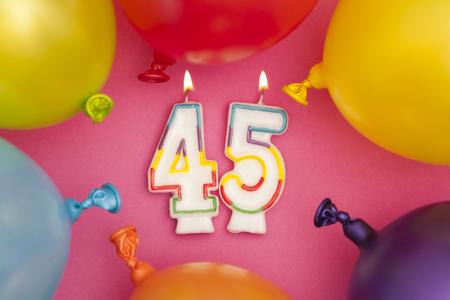 다채로운 풍선과 생일 축하 번호 45 축하 촛불 스톡 콘텐츠