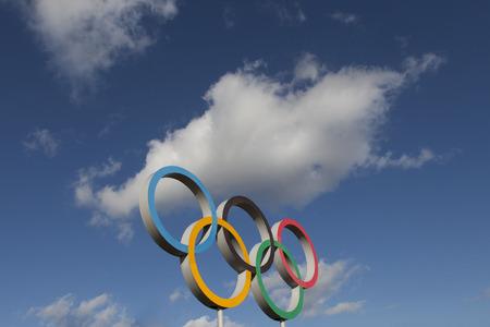 LONDEN, VK - 15 februari 2018: Het Olympische symbool, bestaande uit vijf onderling verbonden gekleurde ringen, onder een blauwe lucht