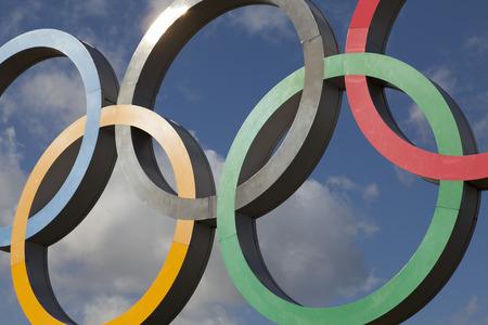 LONDEN, Verenigd Koninkrijk - 15 februari 2018: het Olympische symbool, bestaande uit vijf met elkaar verbonden gekleurde ringen, onder een blauwe lucht Redactioneel