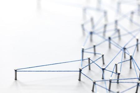 Ein großes Gitter von Stiften mit Schnur verbunden. Kommunikation, Technologie, Netzwerkkonzept