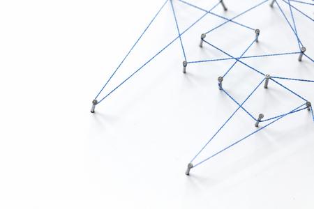 Ein großes Gitter von Stiften mit Schnur verbunden. Kommunikation, Technologie, Netzwerkkonzept Standard-Bild